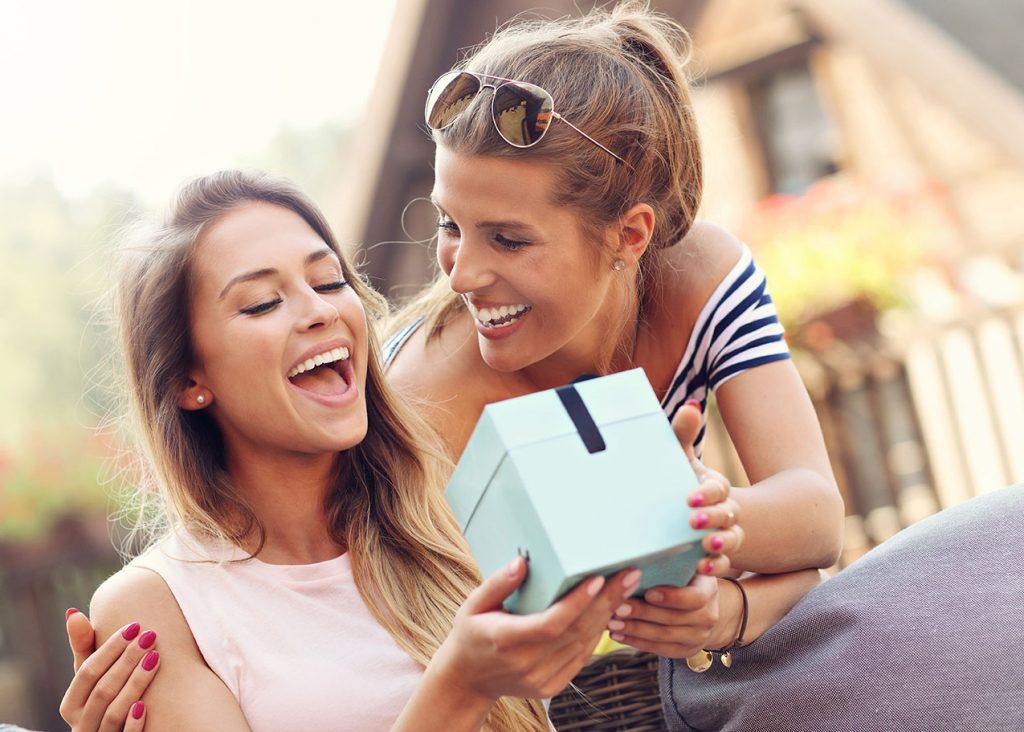 freundinnen geschenk lachen